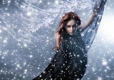 Młoda rudzielec kobieta na śnieżnym jedwabniczym tle obrazy stock