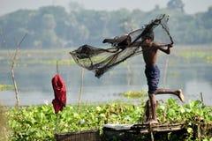 Młoda rybaka miotania sieć rybacka obraz stock