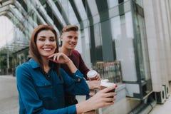 Młoda samiec i żeńska życzliwa kawowa przerwa obraz royalty free