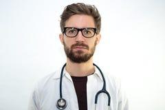 Młoda samiec lekarka na białym tle fotografia stock