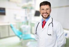 Młoda samiec lekarka ono uśmiecha się przy kamerą Obraz Royalty Free