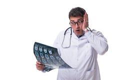 Młoda samiec lekarka trzyma radiograph odizolowywający na białym backgro Fotografia Royalty Free