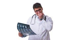 Młoda samiec lekarka trzyma radiograph odizolowywający na białym backgro Zdjęcie Stock