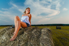 Młoda seksowna blondynka pozuje na haystack fotografia royalty free
