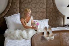 Młoda seksowna blondynki kobieta w sypialni obsiadaniu na łóżku zdjęcie royalty free