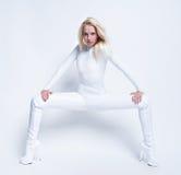 Młoda seksowna dziewczyna w białym kostiumu Obrazy Royalty Free