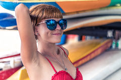 Młoda seksowna dziewczyna w czerwonym swimsuit - surfingowiec z kipieli deską pozuje na Nusa Dua plaży, tropikalna Bali wyspa, In Obraz Royalty Free