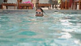 Młoda seksowna kobieta w białym swimsuit dopłynięciu w basenie zdjęcie wideo