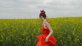 M?oda seksowna kobieta w czerwieni sukni tanu zbiory