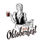 Młoda seksowna Oktoberfest kobieta jest ubranym tradycyjnego Bawarskiego smokingowego dirndl mienia i tana piwnego kubek zdjęcia royalty free