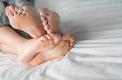Młoda seksowna para w miłości kłama w łóżku w hotelu, obejmuje na białych prześcieradłach, zakończenie up iść na piechotę, romant Zdjęcia Stock