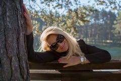 Młoda seksowna piękna dziewczyna w parku z długim blondynem Obraz Royalty Free