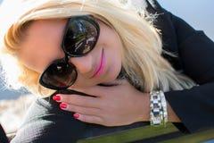 Młoda seksowna piękna dziewczyna w parku z długim blondynem Zdjęcia Stock