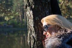 Młoda seksowna piękna dziewczyna w parku z długim blondynem Obrazy Royalty Free