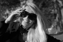 Młoda seksowna rosyjska dziewczyna w parku z długim blondynem Obrazy Stock
