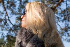 Młoda seksowna rosyjska dziewczyna w parku z długim blondynem Zdjęcia Royalty Free