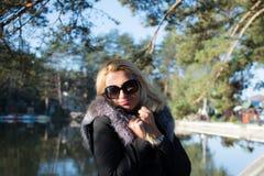Młoda seksowna rosyjska dziewczyna w parku z długim blondynem Obraz Royalty Free