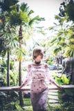 Młoda seksowna Ukraine dziewczyna przy luksusowego kurortu willą na tropikalnej Bali wyspie, Indonezja Zdjęcia Stock