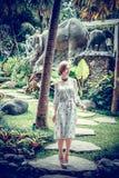 Młoda seksowna Ukraine dziewczyna przy luksusowego kurortu willą na tropikalnej Bali wyspie, Indonezja Obrazy Stock