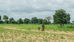 Młoda Senegalska kobieta z jej dziećmi Zdjęcie Stock