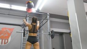 Młoda silna kobieta z perfect sprawności fizycznej ciałem ćwiczy z medycyny piłką przy gym w sportswear Dziewczyna robi crossfit Obraz Stock