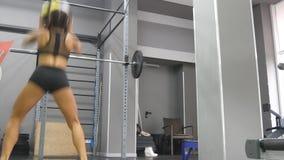Młoda silna kobieta z perfect sprawności fizycznej ciałem ćwiczy z medycyny piłką przy gym w sportswear Dziewczyna robi crossfit zbiory