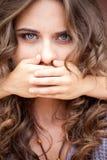 Młoda siostra zamykał usta jej stara siostra rękami Obrazy Royalty Free