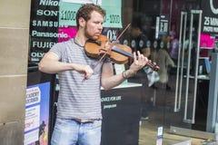 Młoda skrzypaczka bawić się na ulicie Glasgow Zdjęcie Royalty Free