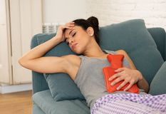 Młoda smutna atrakcyjna kobieta ma bolesnego stomachache od perio zdjęcia stock