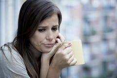 Młoda smutna piękna kobiety cierpienia depresja patrzeje martwiący się i marnotrawiący na domowym balkonie zdjęcie royalty free