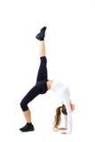 Młoda sportowa dziewczyna robi gimnastycznemu mostowi zdjęcia stock