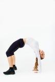 Młoda sportowa dziewczyna robi gimnastycznemu mostowi, obrazy royalty free