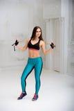 Młoda sportowa kobieta robi ćwiczeniom Zdjęcia Royalty Free