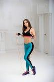 Młoda sportowa kobieta robi ćwiczeniom obrazy stock