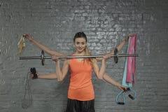 Młoda sportowa kobieta robi kilka ćwiczeniom na raz, portret zdjęcia stock