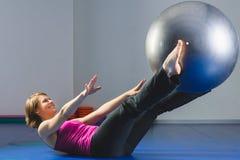 Młoda Sporty dziewczyna robi gimnastycznym ćwiczeniom w sprawności fizycznej klasie Zdjęcie Stock