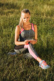 Młoda sporty i atrakcyjna kobieta słucha muzyka Fotografia Royalty Free