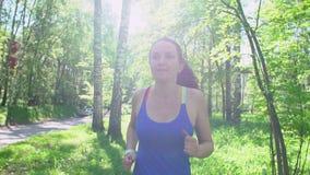 Młoda sporty kobieta przygotowywa jog, początki trening tropi na mądrze zegarku Dziewczyny jogging zbiory