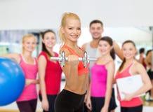 Młoda sporty kobieta z ciężkim stalowym dumbbell Fotografia Royalty Free