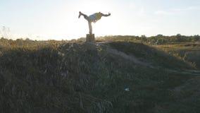 Młoda sporty mężczyzna pozycja przy joga pozą plenerową Kaukaski facet ćwiczy joga rusza się i ustawia w naturze atleta Obrazy Royalty Free