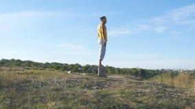 Młoda sporty mężczyzna pozycja przy joga pozą plenerową Kaukaski facet ćwiczy joga rusza się i ustawia w naturze atleta Zdjęcie Royalty Free