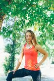 Młoda sprawności fizycznej kobieta ćwiczy w parku Obraz Stock