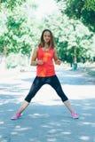Młoda sprawności fizycznej kobieta ćwiczy w parku Obrazy Stock