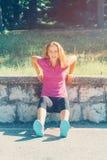 Młoda sprawności fizycznej kobieta ćwiczy w parku Obraz Royalty Free