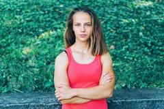 Młoda sprawności fizycznej kobieta ćwiczy w parku Zdjęcie Royalty Free