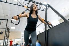Młoda sprawności fizycznej kobieta robi ćwiczeniom używać patka system w gym Sport, sprawność fizyczna, szkolenie, ludzie pojęć obraz royalty free