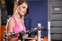 Młoda sprawności fizycznej kobieta robi ćwiczeniu z barbell w gym Zdjęcie Royalty Free