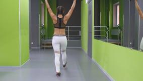 Młoda sprawności fizycznej kobieta robi lunge z barbell i napina mięśnie w gym Dziewczyny szkolenie - ataki z barbell przy zbiory