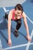Młoda sprawności fizycznej kobieta w sportswear na zaczyna linii przygotowywającej bieg Obrazy Royalty Free