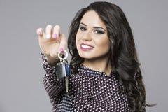 Młoda sprzedawczyni wręcza nad samochodowymi kluczami Fotografia Royalty Free